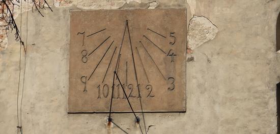 Gotycki zegar słoneczny na ścianie XIV-wiecznego kościoła w Lewinie Brzeskim